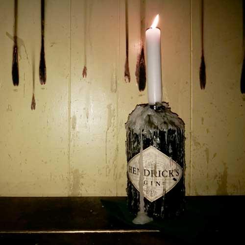candelabro con botella de hendricks DIY