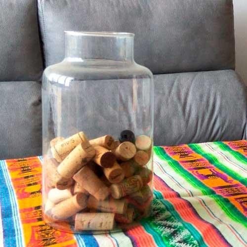 manualidades con botellas de vino - jarron con corchos